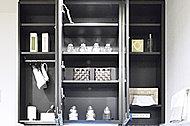化粧品や身だしなみ用品など、洗面室で使うこまごまとした物を鏡の裏に収納できます。
