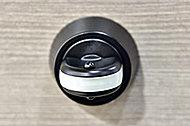 ボタンを押しながらでないと回せないサムターンを採用しました。工具を使用して不正解錠を行うサムターン回しに効果を発揮します。