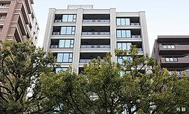 街ゆく人が目にする目黒通り側の外観では、周辺の緑を引き継ぐように、植栽ユニットを積み上げ、立体的に緑を配置。また、外壁にはグリーンと調和する深みのあるせっ器質タイルを採用しています。
