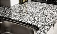 キッチン天板には、重厚な質感と自然な風合いが美しい天然の御影石を採用しました。※側面はオプションです。