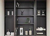 化粧品や身だしなみ用品など、洗面室で使うこまごまとした物を鏡の裏に収納できます。※タイプにより三面鏡収納の形状が異なります。
