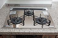 お掃除しやすいガラストップコンロ。無水両面焼きグリルはオートグリル機能が付いて料理の幅が広がります。