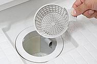 浴槽のお湯を排水する際に発生する「うず」のチカラで、排水口にたまった毛髪やゴミをまとめて捨てやすくする、お掃除がカンタンな排水口です。