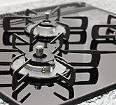 三口コンロ全てに消し忘れ消火機能、焦げ付き消火機能を装備。油汚れも落としやすく、サッとひと拭きでお手入れも簡単です。