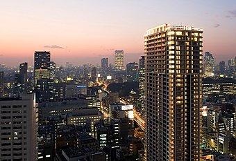 約42.8畳のリビングダイニングから東京タワーを望む(モデルルーム)