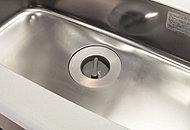 生ごみをキッチンシンク内で粉砕するディスポーザーを標準装備。ごみの減量に貢献し、臭いにもわずらわされない、清潔、快適なキッチンをつくります。