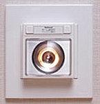 万が一の停電に備え、廊下に足元保安灯を設置。停電時に自動的に点灯し、懐中電灯としても利用できます。
