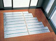 リビングダイニングに東京ガスの温水循環システムTESによる床暖房を設置。空気を汚さない暖房方式で経済性も兼ね備えています。