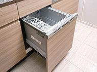 家事の負担を軽減し、手洗いに比べて節水・節約にもなる食器洗浄乾燥機を標準装備しました。