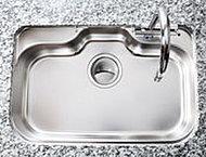 水はね音や食器の落下音を軽減する静音タイプのワイドシンクを採用。大型の食器や調理器具も容易に洗うことができます。