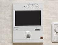 エントランスにいる来訪者をカラー画像と音声で確認してからオートロックを開錠。受話器のないハンズフリータイプを採用しました。