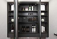 三面鏡の背面には機能性豊かな収納スペースを設けています。化粧品やヘアケア用品などをすっきりと納めることができます。