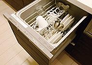 家事の手間を省いてくれ、手洗いに比べ節水効果もある、食器洗い乾燥器を標準装備しました。