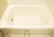 なめらかな曲線がソフトな印象を与えるデザイン。浴槽上部を最大限広くとった、ゆったり入浴できる形状です。
