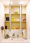 合わせ鏡に便利な三面鏡、お手入れのしやすいスクエア型洗面台、豊富な収納。いつでも気持ちよく使える家族にやさしい仕様です。