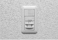 玄関には人の存在を感知して点灯する照明を設置。夜間の外出や帰宅、手に荷物を持っていても安心です。