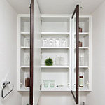 鏡裏や洗面台の下部には便利な収納スペースがあり小物類をスマートに収納できます。 ※写真はオプション仕様です。