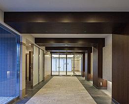 扉を抜けて広がるのびやかな空間は、充たされた暮らしの豊かさを演出します。
