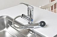 便利なシャワー引出式。シャワーヘッドを引き出して使えるので、広いシンクもラクラクお掃除。