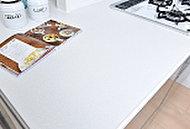 落ち前いた雰囲気の人造大理石のカウンターがキッチンをグレードアップ。キズがつきにくくお手人れも簡単です。