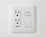 キッチンカウンターには電話回線・インターネット・電源を1つにまとめたマルチメディアコンセントを配置しました。