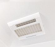 雨の日や夜間でも洗濯物を乾かせる涼風・温風機能付の電気式浴室換気暖房乾燥機を設置。
