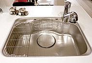 大きな調理器具や、たくさんの素材洗いが楽々できるワイドなシンク。小物の整理に便利なポケットが付いています。
