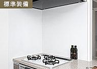 キッチン周りの壁は、表面がガラス質のホーロー製を採用。酸やアルカリに強く汚れも防ぎ、お手入れも簡単。レシピなどが付けられるマグネット対応です