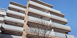 変化に富む建築美を求めた雁行スタイルの地上7階建て中層フォルム。輝く陽光を優しく受け止めるアースカラーの外壁は、ホワイト系・ベージュ系・グレー系3色のタイルをリズミカルに配列し、建物形状が活きる流れるような奥行き感を強調しました。