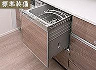 シンク前に立った状態でダイレクトに食器をセットできるよう、上部に操作パネルを配列。