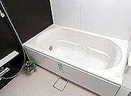 浴槽は人をつつむような曲線フォルム。浴槽を広く見せる効果があります。