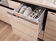キッチンワークを軽減する出し入れ簡単なスライド式の食器洗浄乾燥機を標準装備しています。