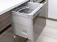 場所をとらずに家事効率を上げる、ビルトイン式の食器洗浄乾燥機を全邸標準装備。美しさと機能性を兼ね備えた便利な設備です。