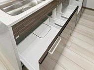 大きい中華鍋やフライパンなど、かさばる調理器具が楽に出し入れできる収納スペースを、コンロ下に装備しています。