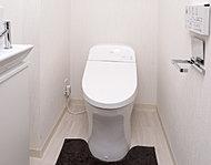 タンクの高さを低くし、スッキリとした空間を実現するローシルエット。清潔感と使い心地にも配慮した温水洗浄の暖房便座は、やさしい水圧で洗浄。