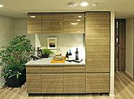 食器類などを収納するのに便利なパントリー付の食器棚をバックカウンターに装備しています。