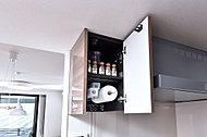 便利なマルチハンガーを設けた吊戸棚をキッチンに設置しています。