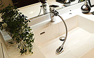 水温も水量も片手で自在に調整できるシングルレバー水栓を採用。ヘッドを引き出せ洗面台が掃除しやすくなります。