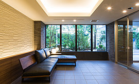 内と外、静けさと高揚感を結ぶ。窓から差し込む柔らかな陽光を、風にそよぐ木の葉が揺らす。絵画のような窓辺の風景が、季節と時刻の繊細な移ろいを室内に映し出す。