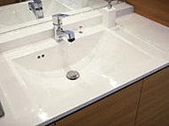 水が広がらないように工夫された段差、水跳ねしにくいボウル形状など、使いやすさへのこだわりを追求して開発したオリジナルカウンターです。