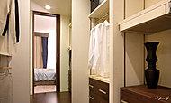 洋服を選びやすく、収納量の豊かなウォークインクロゼット。タンスが不要となり壁が自由に使え、空間を最大限利用できます。※一部タイプを除く