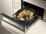 鉄製の万能鍋「ダッチオーブン」を標準装備。フタで密閉するため食材の旨味を逃がさずスピード調理を実現。