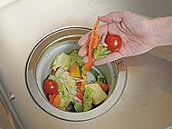 毎日出る生ゴミをキッチンで処理できるディスポーザーを標準装備しています。キッチンのイヤなにおいを軽減し、空間をいつも清潔に保てます。