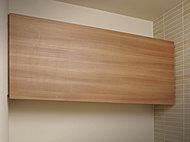 トイレには吊戸収納を標準装備。トイレットペーパーやお掃除道具などをすっきり収納できます。