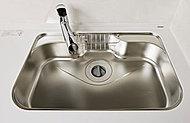 大きな調理器具や食器類もゆったり洗える大型シンク。水やお湯が当たる音を軽減する静音仕様です。