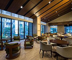 中庭の眺めを見ながらくつろげる、開放的なカフェラウンジ。