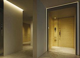 瀟洒なる護りをデザイン。共用空間は、住まいへの単なる道のりではなく、おもてなしの心を伝える大切な場所です。居住性という視点で考えたホテルのような内廊下には、木の温もりをふわりと照らし出す間接照明をしつらえ、その陰影で導くようにデザイン。