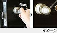 手による正常な操作の場合はサムターンは回るように、工具などによる操作では回らないように設計されています。