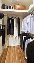 幅広い出入口と奥行きのある棚を設けることで、かさ張る布団なども収納が可能。押入れのような収納力とウォークインクロゼットの使い勝手の良さを兼ね備えたこだわりの収納です。