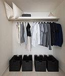 洋服をすっきりとしまえる、ハンガーパイプ付きのクローゼットを洋室に設置しました。生活空間にゆとりをもたらします。